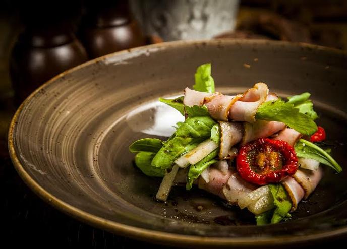 Салат с копченой уткой, дыней и цицмати
