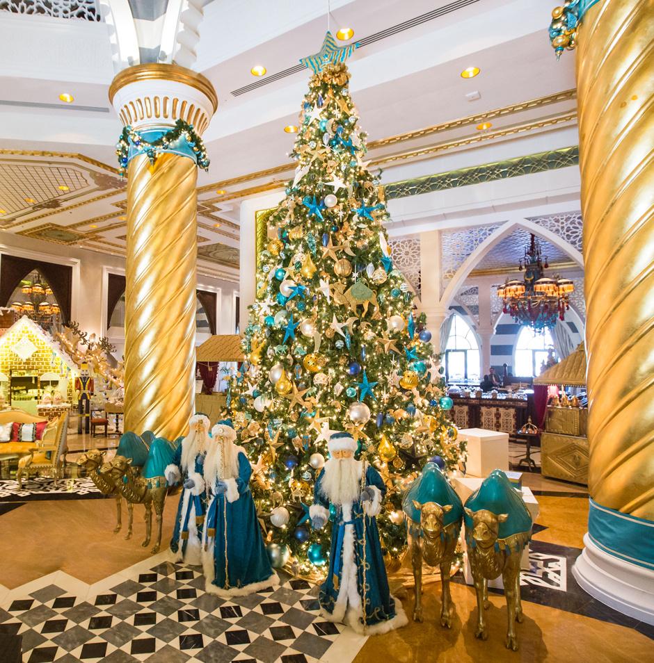 Рождественская елка в дубайском отеле Jumeirah Zabeel Saray