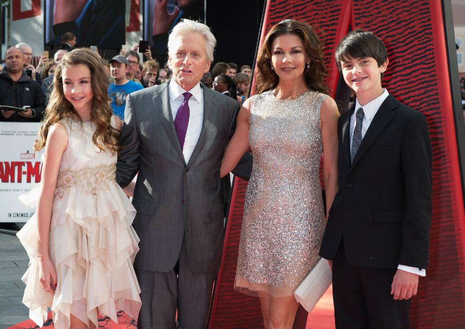 Кэтрин Зета-Джонс и Майкл Дуглас с детьми на премьере, 2015 год