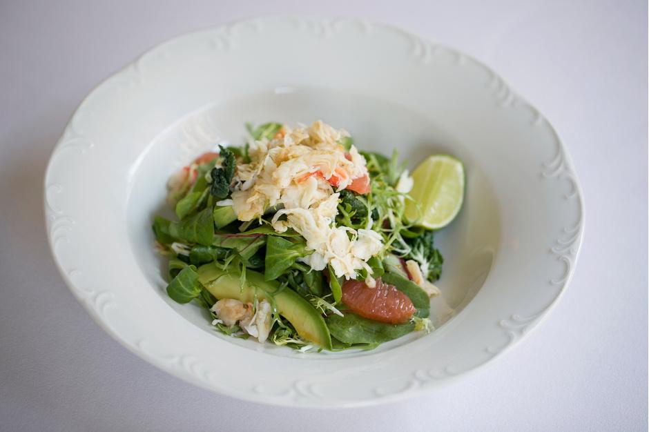 Теплый салат с камчатским крабом и авокадо