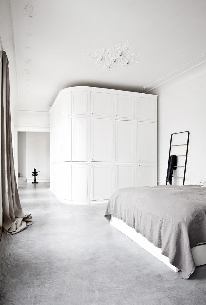 Спальня. Угол комнаты отдали под ванную комнату, встроив ее в отдельно стоящий объем. Снаружи вся сантехника замаскирована шкафами.
