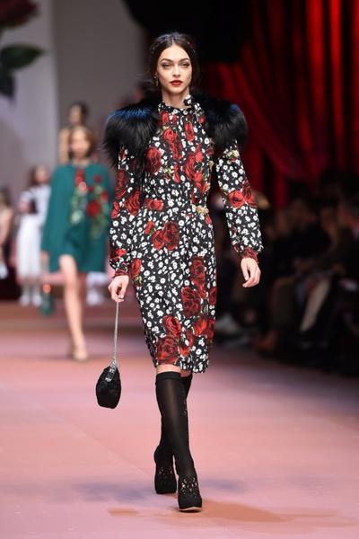 Дочки-матери: Dolce & Gabbana представили семейную коллекцию на Неделе моды в Милане | галерея [2] фото [12]