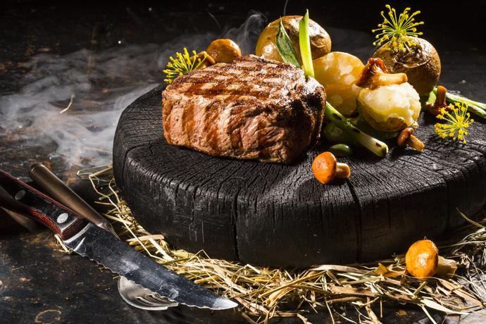 Филе бычка с запеченным картофелем в сене и копчёными грибами