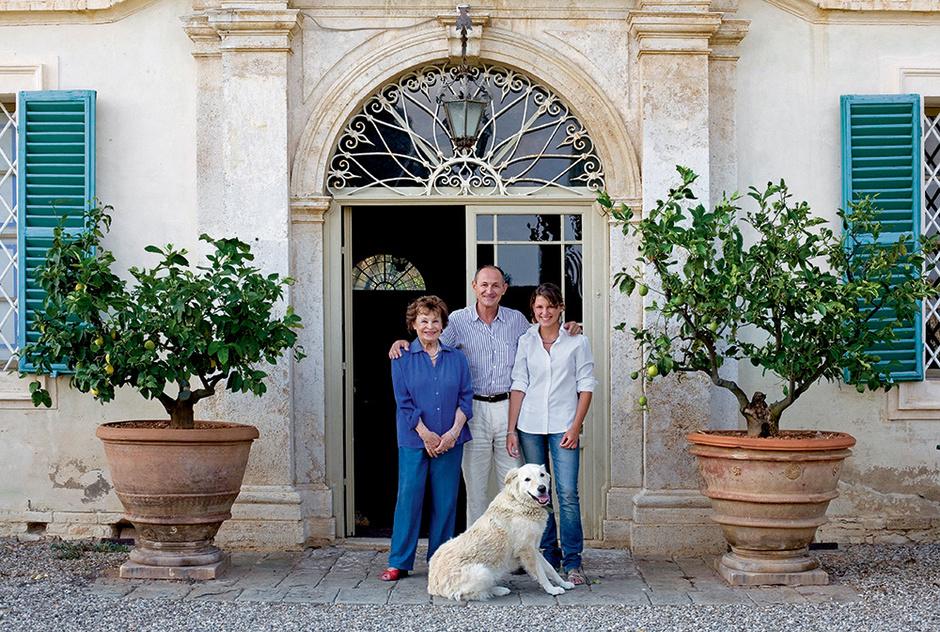 Хозяин виллы, граф Андреа Бьянки Бандинелли, с матерью, графиней Алессандрой, и дочерью Бьянкой.