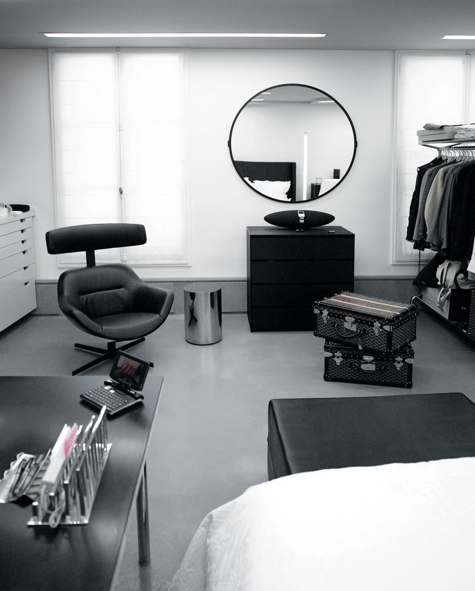 В гардеробной хозяина есть место для рабочего стола, кресла и ноутбука. На полу чемоданы марки Goyard.