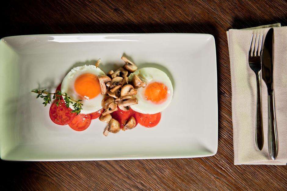 Яичница с томатами и грибами