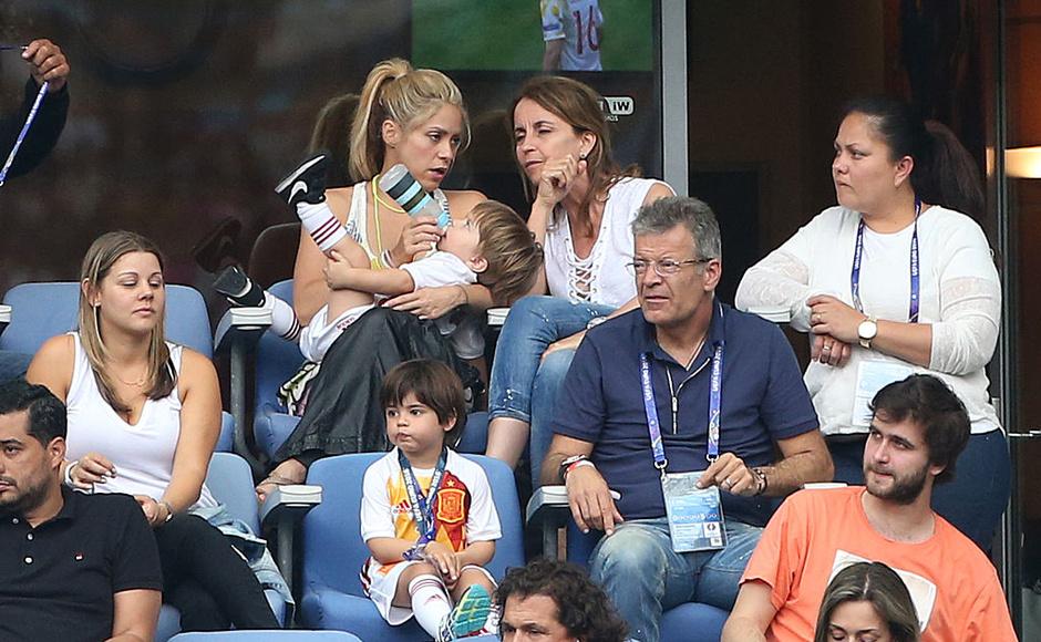 Шакира с сыновьями и родителями Жерара Пике