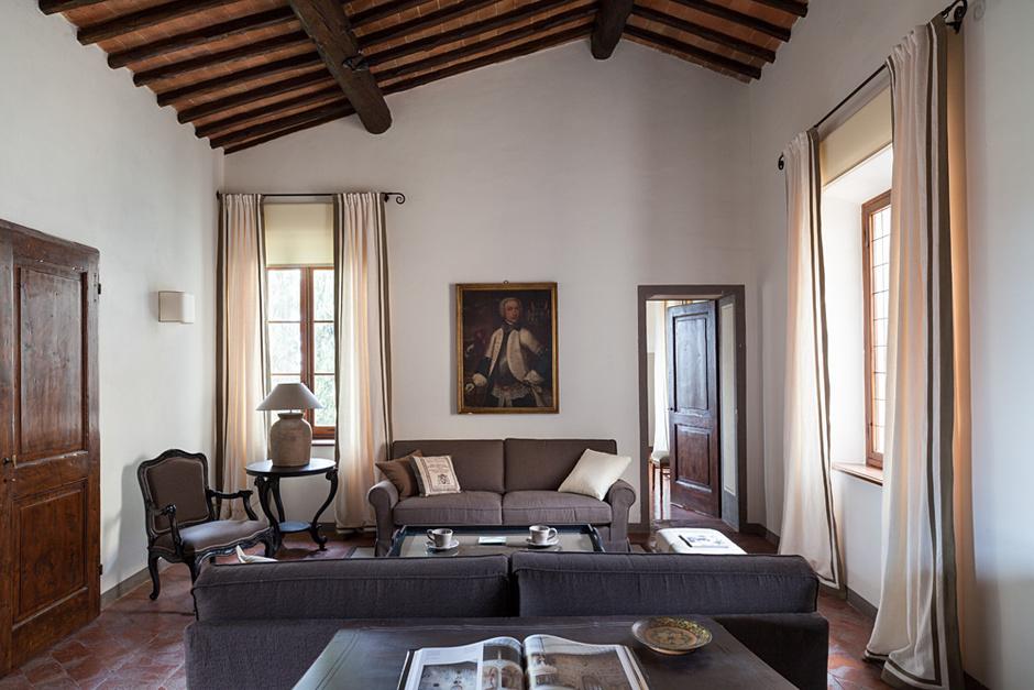 Гостевой блок на втором этаже включает в себя комнату отдыха, спальни и ванную. Стены покрашены эмалью, Farrow & Ball. Льняные шторы, Mastro Raphael. Диван, Marie's Сorner. Стол и кресло, Chelini.