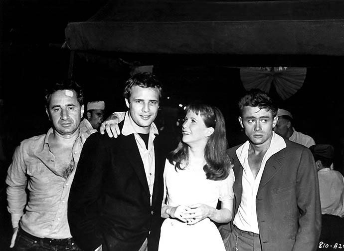 """Марлон Брандо и Джеймс Дин на съемках фильма """"К востоку от рая""""Марлон Брандо и Джеймс Дин на съемках фильма """"К востоку от рая"""""""