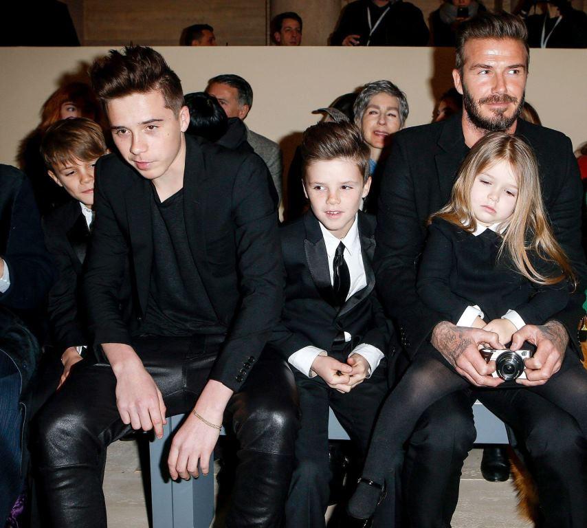 Дэвид Бекхэм с детьми на первом ряду показа Victoria Beckham