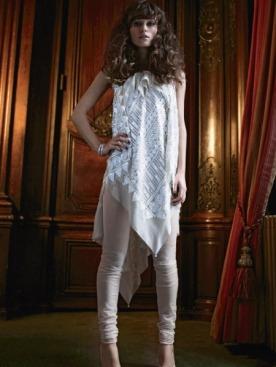 Платье с вышивкой, легинсы из джерси, все  — Marc Jacobs; часы, белое золото, бриллианты, De Beers;  туфли, Antonio Berardi