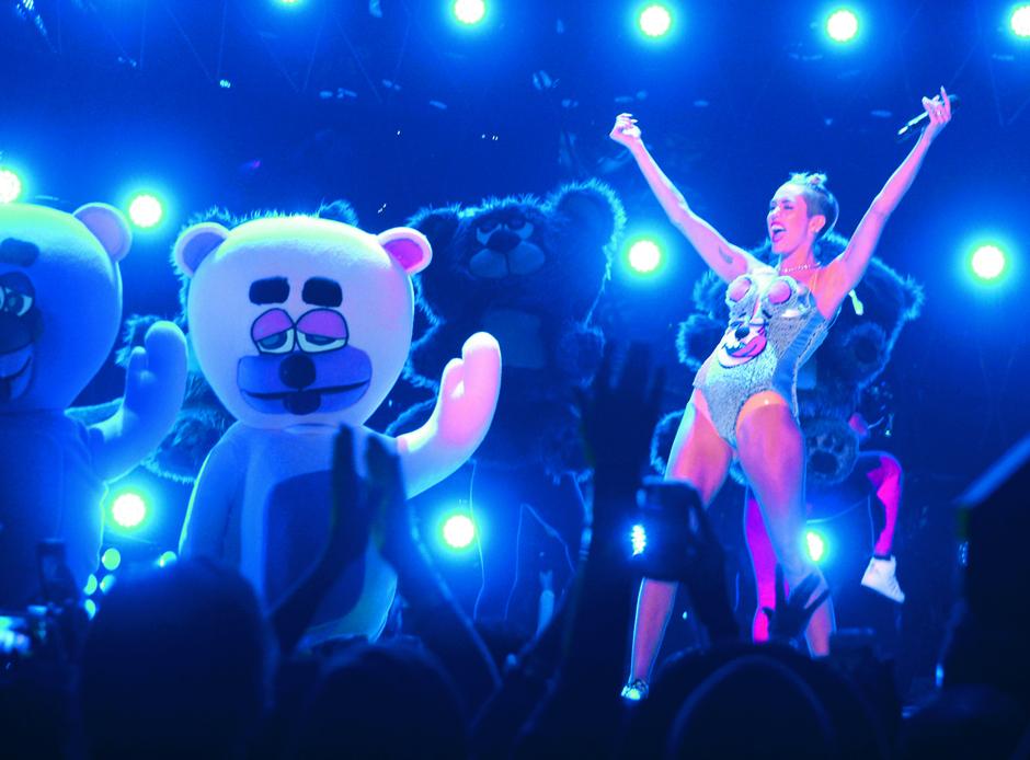 Развязное выступление Майли Сайрус на церемонии MTV VMA не осудил только ленивый. Нелепый наряд и высунутый язык — Ханна Монтана уже не та