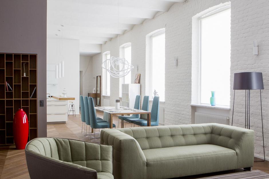 Диван Malhoun, дизайн Дидье Гомеса, кресло Moel, дизайн Инги Семпе, торшер Trinitas, дизайн Dogg Design. На заднем плане кухня, bulthaup.