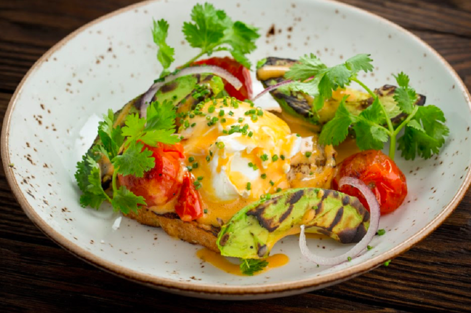 Авокадо-гриль с яйцом пашот