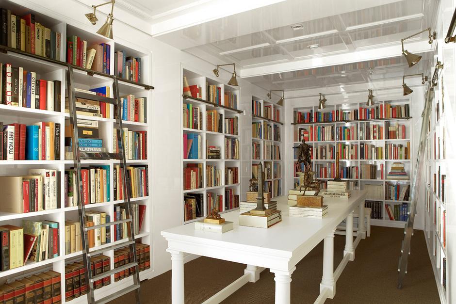 Библиотека. Книжные шкафы, столы и лестницы сделаны на заказ по эскизам Бустаманте.