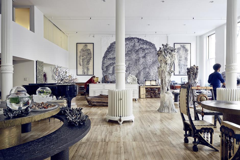 Гостиная. Круглый стол и лавка, бронза, дизайн Мишель Оки Донер, 1990 год.