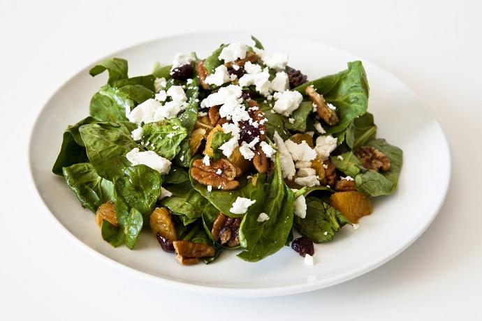 Зеленый салат с клюквой