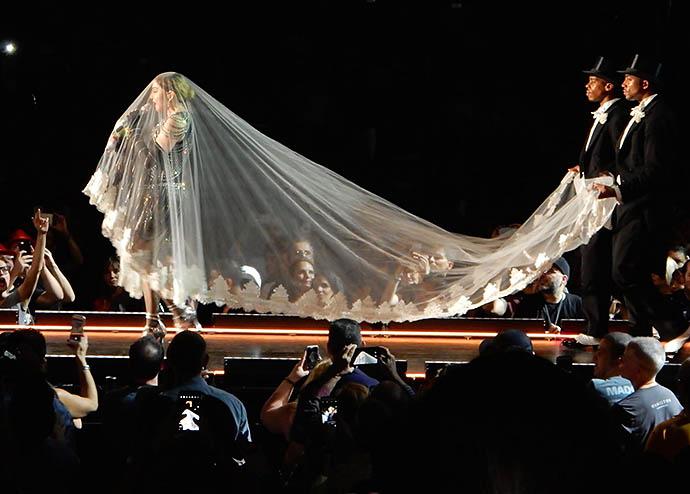 Мадонна едва не упала со сцены, запутавшись в фате