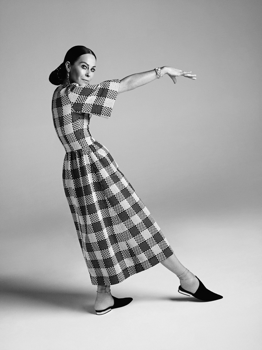 Платье из твида, сандалии из замши, клипсы, все — Chanel Cruise 2015; браслет Bouton de Camelia, белое золото, бриллианты, Chanel High Jewelry