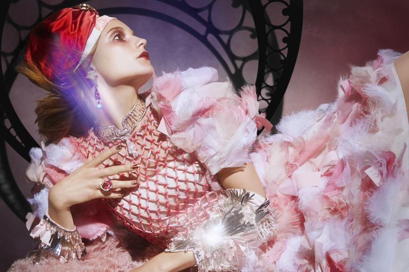 Платье из органзы, Chanel; тюрбан из шелка, расшитый кристаллами, Jennifer Behr; шарф из шифона, Roarke New York; пальто, Gucci; серьги, золото, гранаты, аметисты, бриллианты, рубины, жемчуг, Holly Dyment; колье, платина, бриллианты, Harry Winston; кольцо, розовое золото, рубеллиты, розовые сапфиры, бриллианты, de Grisogono