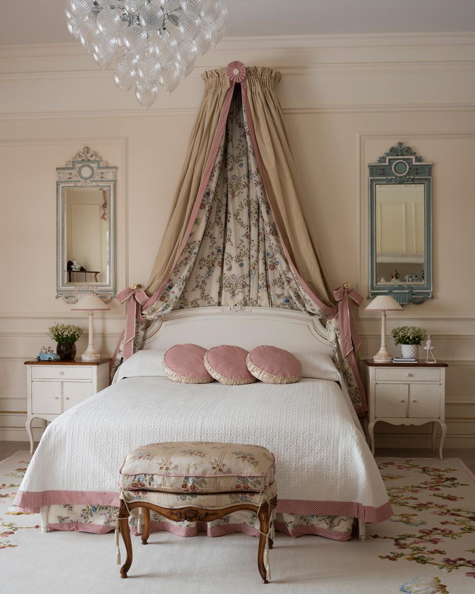 Рисунок на ковре выткан по мотивам цветочного узора на ткани, Pierre Frey, которой декорирован балдахин, «юбка» кровати и банкетка. Покрывало, Kravet.