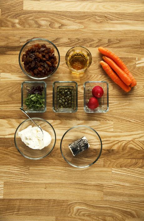 Морковный салат с козьим сыром и винегретом из изюма
