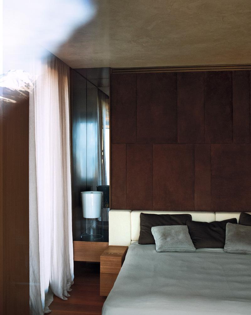 Фрагмент спальни. Изголовье кровати обтянуто кашемиром, Loro Piana. Настольная лампа, Flos.
