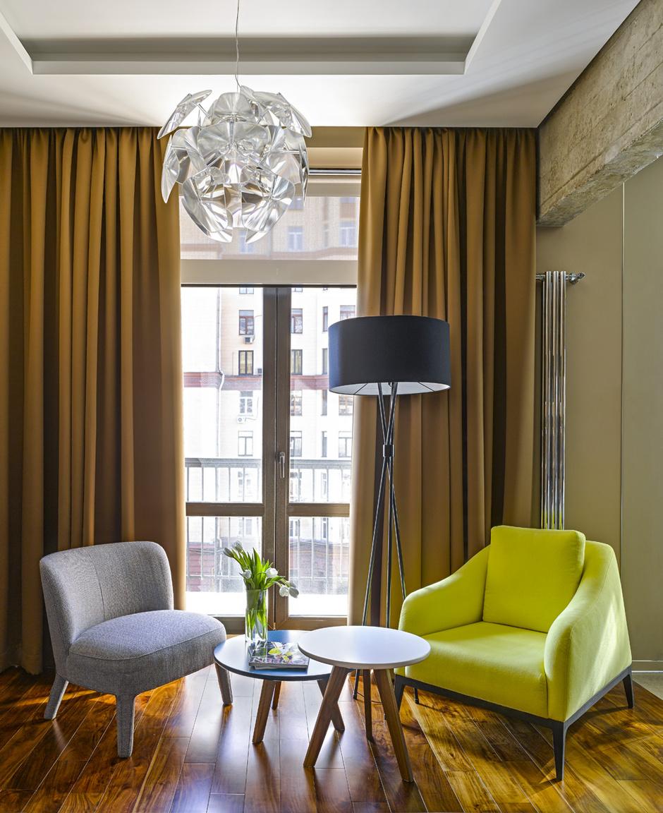 Стол Elvis со стеклянной столешницей, Cattelan Italia. Белые стулья, OKHO Interiors.