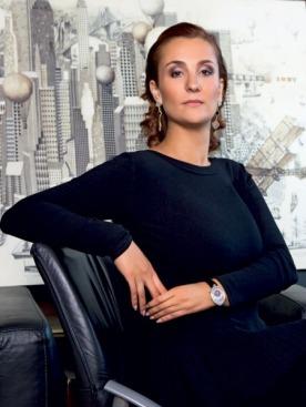Платье, Azzedine Alaïa; серьги, Van Cleef & Arpels; часы, Breguet