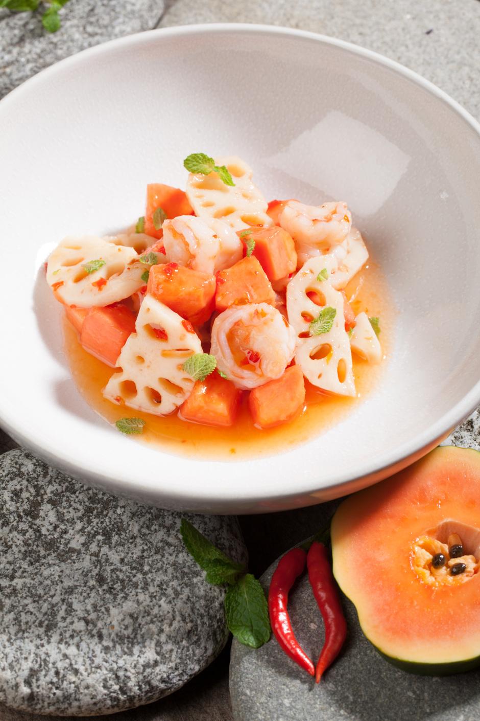 Салат с папайей, креветками и маринованным корнем лотоса