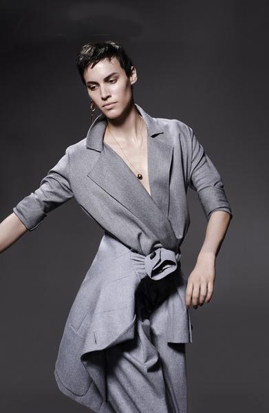 Блуза из шерсти, пиджак из фланели, все — Giorgio Armani; серьга, Robert Lee Morris; колье, розовое золото, оникс, бриллианты, Cartier