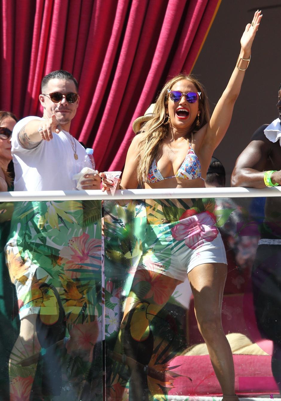 Фото дня: Дженнифер Лопес и Каспер Смарт на вечеринке в Лас-Вегасе
