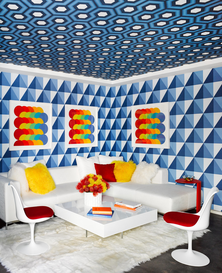 Гостевая комната. Стены и потолок оклеены обоями в стиле оп-арт. Для этой комнаты Хилфигер выбрал работы австрийского художника Герберта Байера. Стулья Tulip, дизайн Эро Сааринена для Knoll.