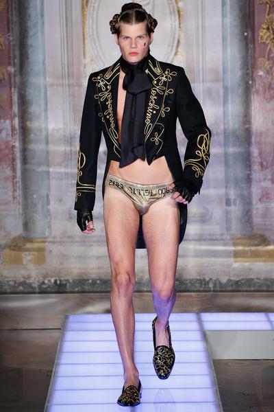 Во Флоренции прошел показ мужской коллекции Moschino | галерея [2] фото [17]