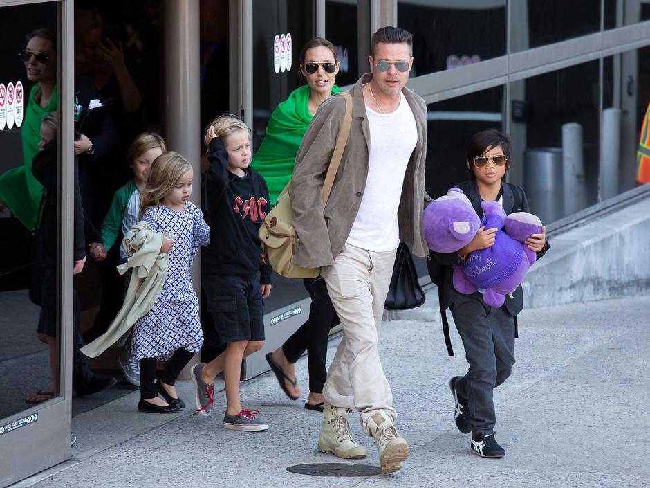 Анджелина Джоли и Брэд Питт с детьми, 2014 год