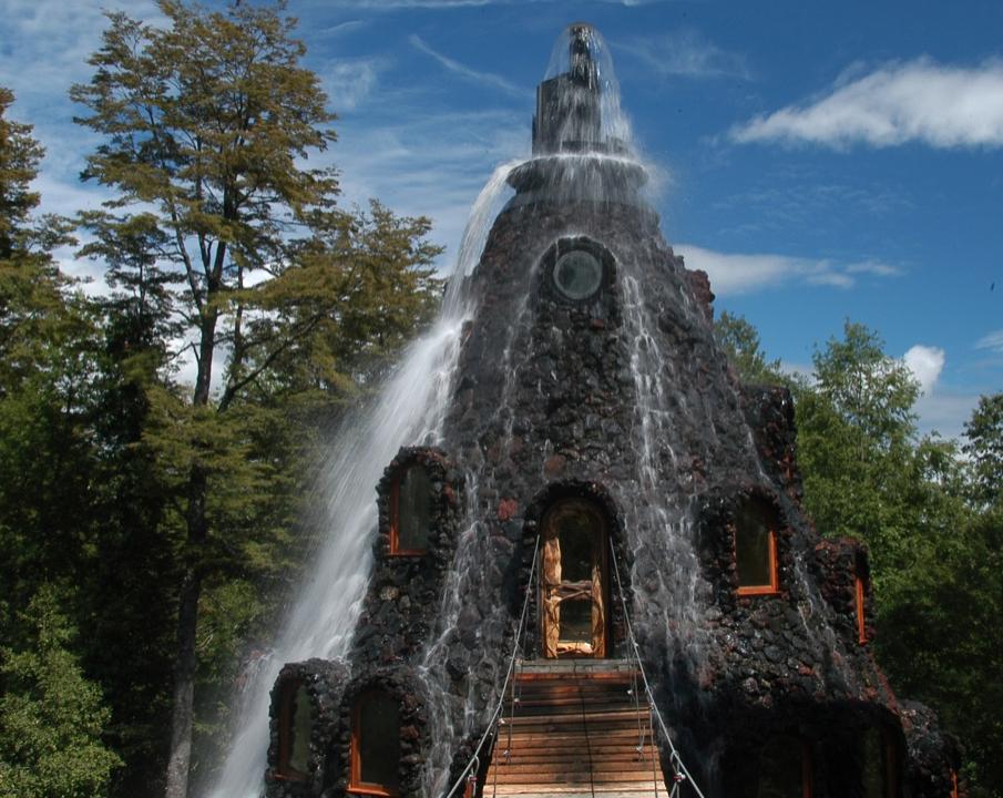 Отель-«водопад» Magic Mountain в Чили