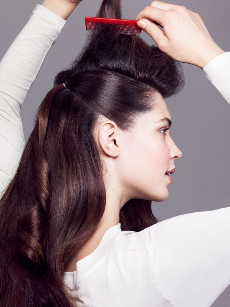 Объем и зачесанные назад волосы