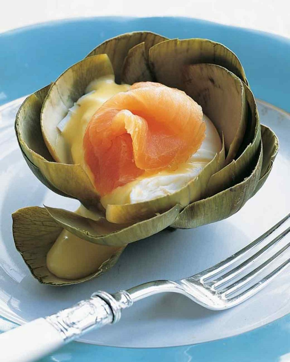 Вареные артишоки с яйцом-пашот и копченым лососем