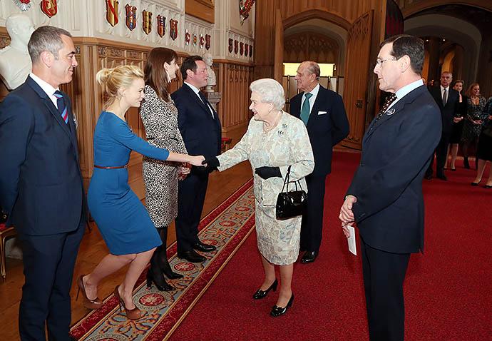 Кэри Маллиган на приеме у Елизаветы II, 2013 год