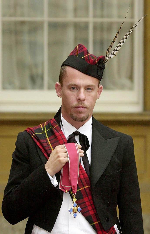 Александр МакКуин с орденом Британской империи, 2003 год