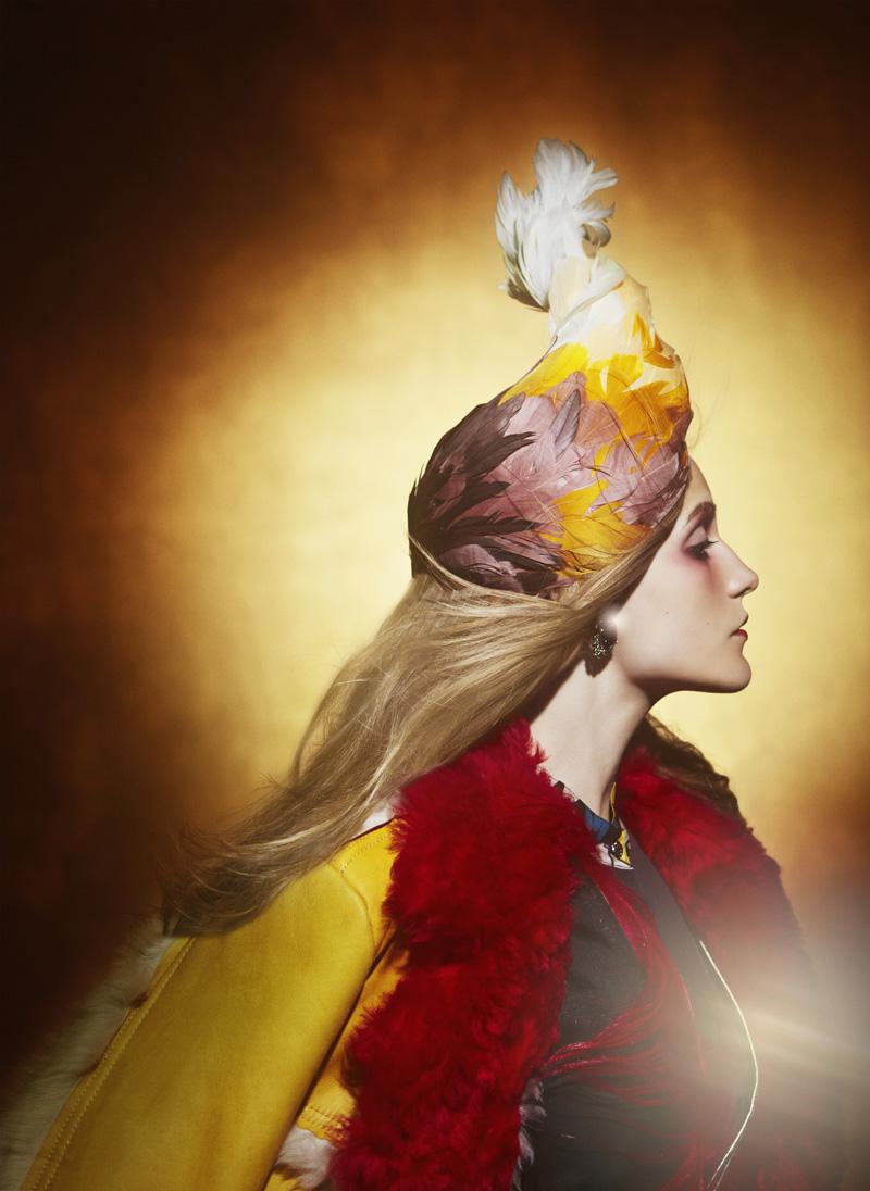 Пальто из кожи, платье из органзы, все — Prada; туника, Anna Sui; тюрбан, украшенный перьями, Francesco Ballestrazzi; серьги, золото, аметисты, изумруды, Verdura