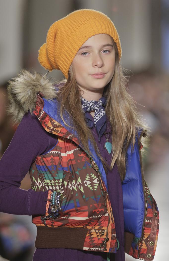 Теплая детская одежда: шапки и жилеты
