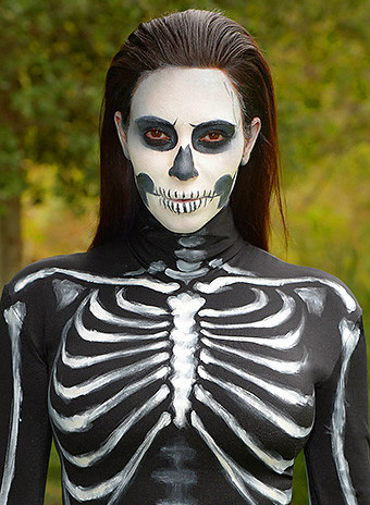 Ким Кардашьян в образе скелета