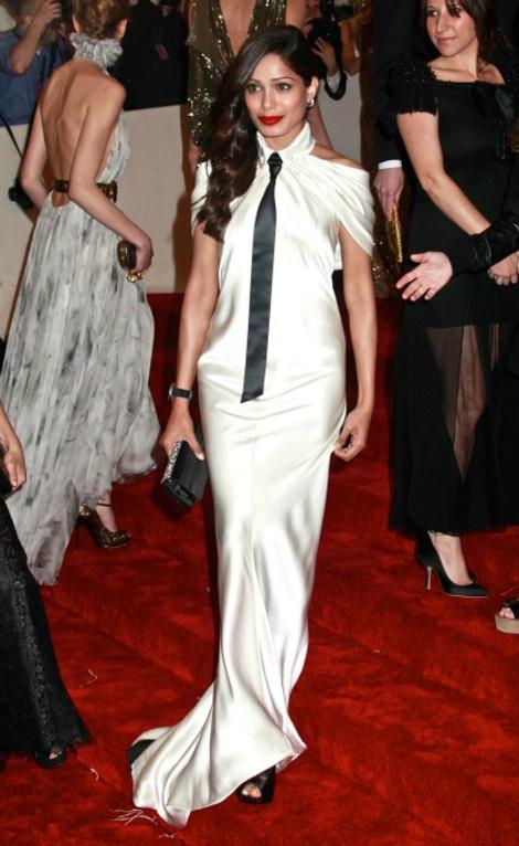 фото Фриды Пинто в платье от Chanel