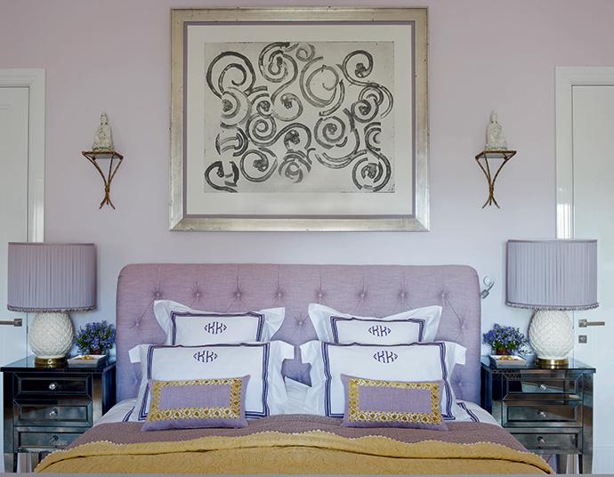 Спальня хозяев. Кровать сделана на заказ, над ней — работа Франческо Клементе.