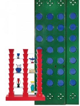 Двери из плексигласа, дизайн Жана Пруве, 1949 год. В 2004-м проданы за $680 000. Этажерка Adesso Perro, дизайн Этторе Соттсасса, 1992 год. В 2004-м продана за ⁄7768. Стеклянные вазы, тоже работы Соттсасса, ушли с аукциона за ⁄350–1000 каждая.