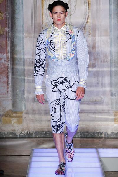 Во Флоренции прошел показ мужской коллекции Moschino | галерея [2] фото [10]