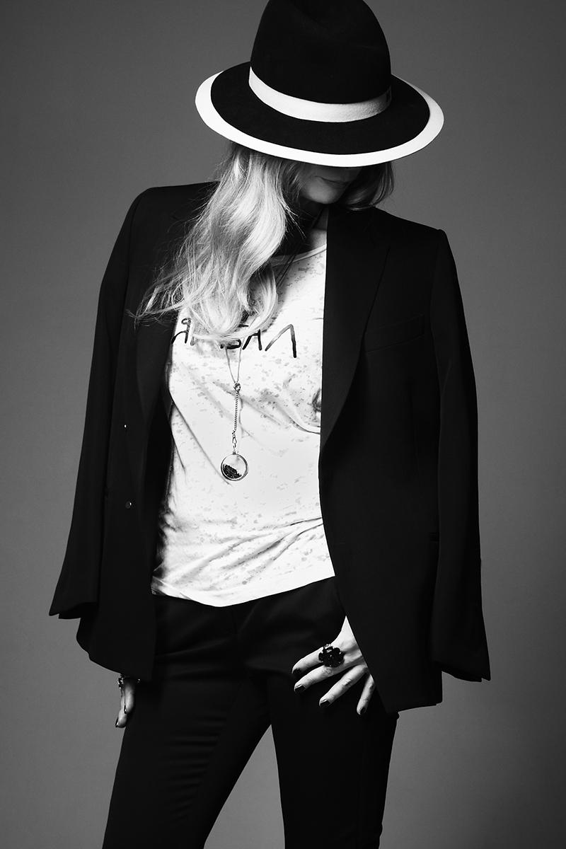 Брюки, Alexander McQueen; жакет, Joseph; футболка, Жанна Б; шляпа, Maison Michel