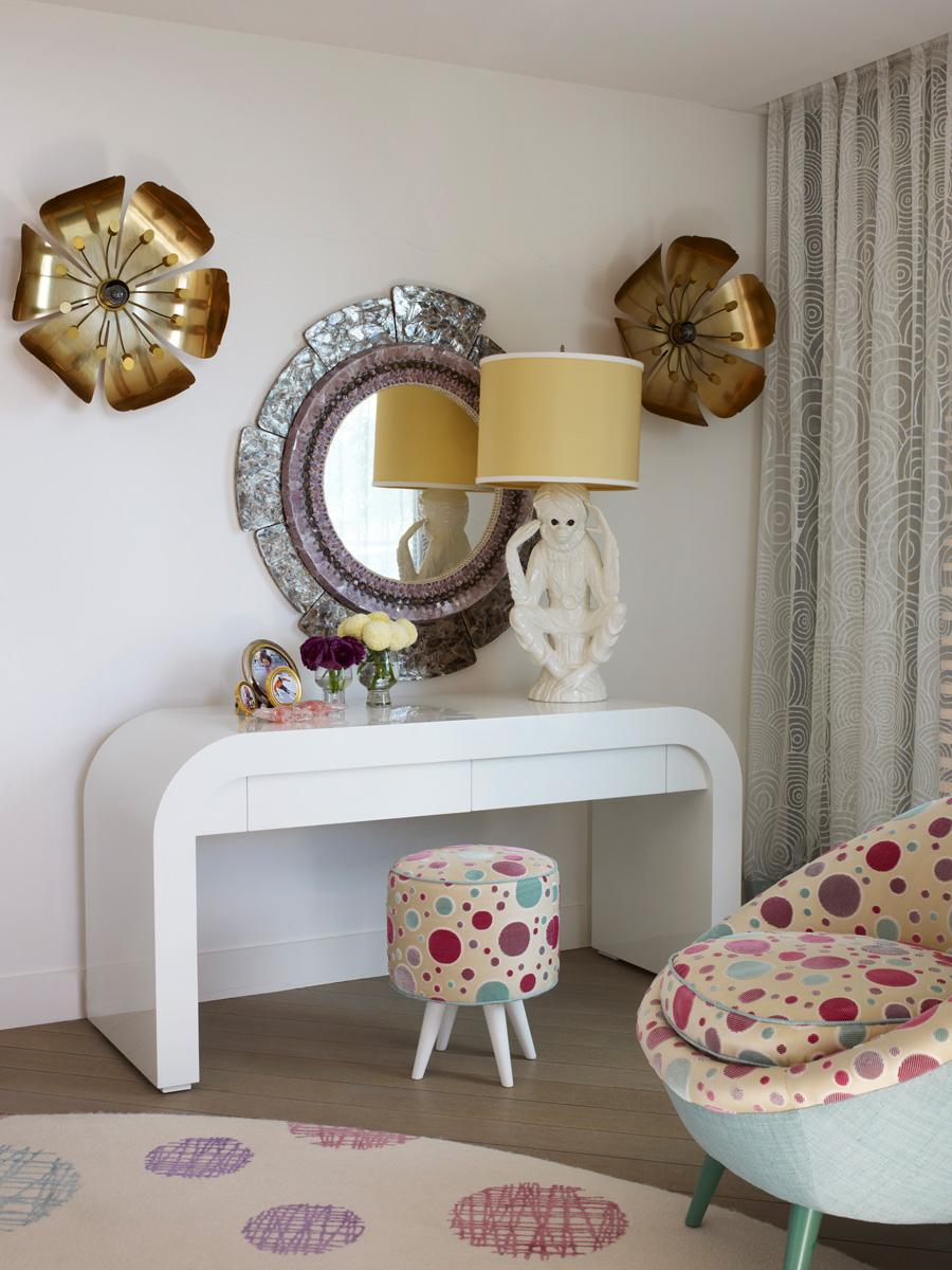 Столик и ковер, дизайн Кирилла Истомина. Настольная лампа с фарфоровой обезьянкой и зеркало в раме из сланца, винтаж, куплены в Палм-Бич.