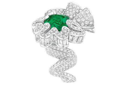 Кольцо Cocotte Éeraude, белое золото, бриллианты, изумруд, Dior, бутики Dior.